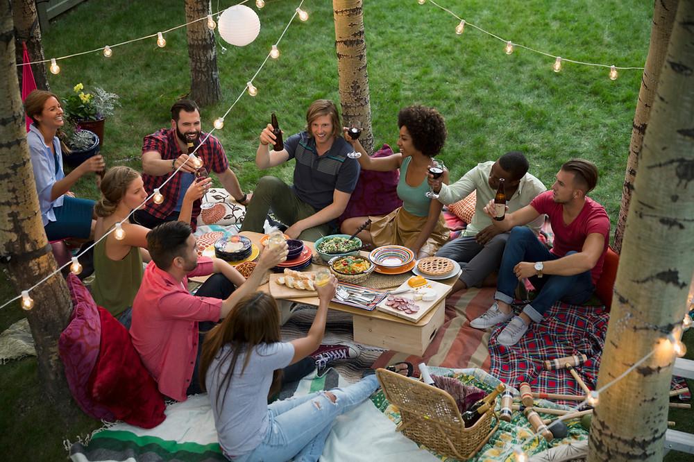 Freunde bei einer Party draußen im Freien