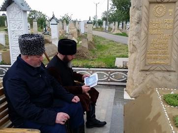 С.Межиев посетил могилу А-Х.Кадырова
