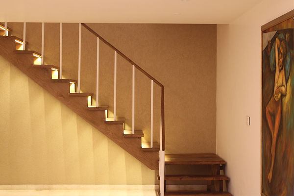 Wooden_staircase_with_lighting_complemen