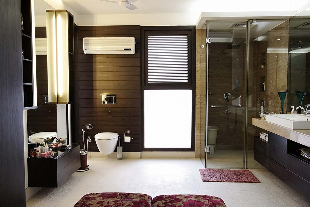 spacious_bathroom_with_a_subtle_colour_tone_in_a__modern_indian_house_in_New_del