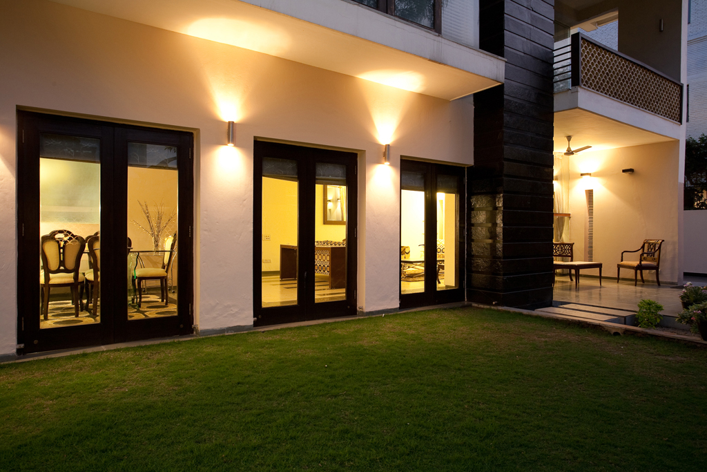 Night_Time_View_of_the_Exterior_Facade_of_a_Modern_Indian_Home_with_Contemporary