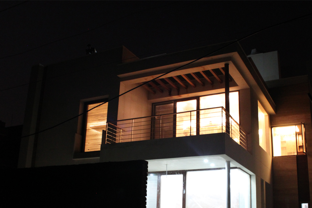 break_in_the_cubic_volume_in_the_north_facade_of_the_modern_indian_house_in_Gurg