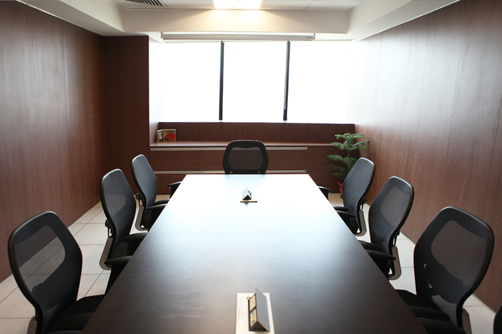 Interior_shot_of_the_conference_room_highlighting_the_natural_light_entering_thr