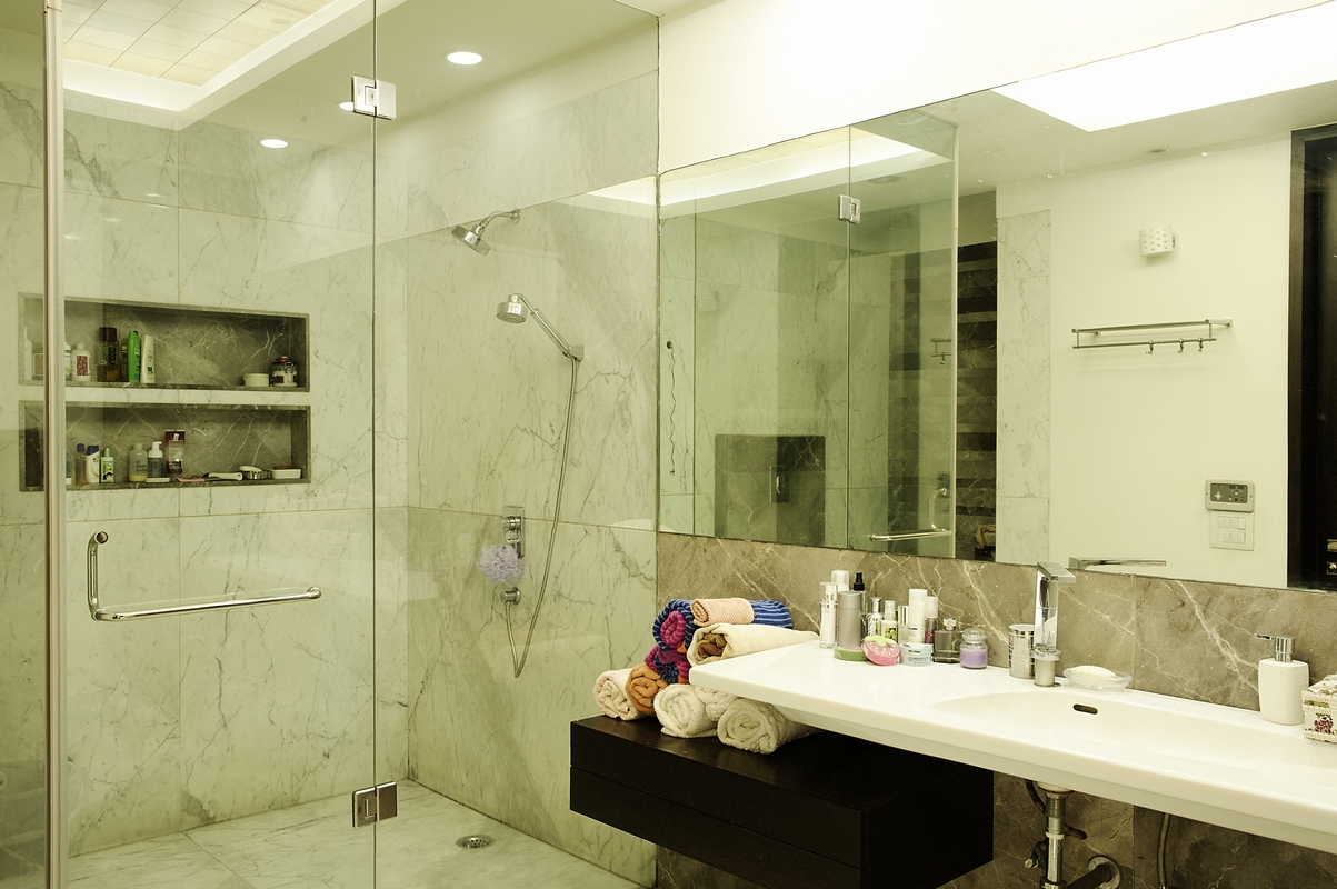 Grey_&_White_Bathroom_in_a_Modern_Indian_Home_with_Contemporary_Interiors_in_New