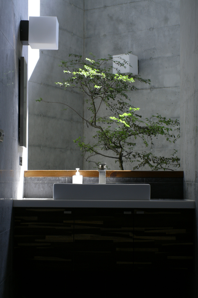 洗手檯被陽光照耀著