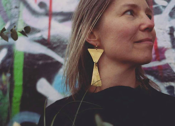 Statement triangle earring - brass
