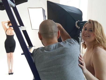 В фотостудии на съемке бренда нижнего белья для #плюссайз девушек.