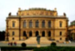 Free Tour Praga Rudolfinum - Unity Tours Praga. Sala de conciertos conocida en todo el mundo y sede de la filarmónica checa, que actuó por primera vez aquí en el año 1896, bajo la batuta de Antonín Dvořák. El edificio, en estilo neorrenacentista, fue construido entre los años 1876 – 1884. Originariamente, albergaba una pinacoteca, un museo y una sala de conciertos; en los años 1918 – 1938 y 1945 – 1946 fue la sede de la Asamblea Nacional. En la sala Dvořák, que es la principal, se realizan conciertos de música clásica de primer nivel.