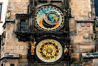 Free Tour Praga Reloj Astronomico - Unity Tours Praga. Tiene una historia y leyenda fascinante, puesto en marcha en 1410 por Jan Ruze y desde entonces ha estado marcando la hora durante 605 años.  Su historia, como decía, tiene muchos detalles increíbles: cegaron al maestro constructor para que no pudiera volver a crear un reloj así, hay quienes creen que se trata de un amuleto que mantiene a salvo la ciudad... Tiene el diseño de un astrolabio y en su diseño de tres partes es capaz de marcar cinco momentos del tiempo al mismo tiempo. En la parte superior, entre dos persianas, tenemos un teatro de marionetas con doce apóstoles. Un gallo en la parte superior qu canta al terminar el desfile de los apostoles. un aro con estaciones de la cosecha, los nombres santos de los 365 días de calendario, fase lunar, movimiento del sol, todo sincronizado. Un sistema en apariencia sencillo pero que en su día fue todo un prodigio técnico.