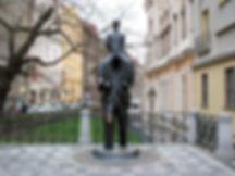 Free Tour Praga Barrio Judio de Josefov - Unity Tours Praga. Uno de los atractivos principales del barrio judio es la escultura en honor a Frank Kafka sobre sus obras literarias de la metamorfosis, además de conocer las Sinagogas, de Pinkas, Española, de Klaus, de Maisel, la antigua Sala de Ceremonias, la galería Robert Gutmann, el cementerio que es despúes de Puente Carlos el monumento más visitado de Praga por su historia y su cantidad de lápidas dispuestas una sobre otra mas de 90mil.