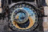 Free Tour Praga - UNITY Tours Praga te ofrece un recorrido a pie por los callejones de la ciudad vieja para apreciar el espectáculo del reloj astronómico, único en el mundo, conocer la historia de la antigua bohemia, del imperio astro hungaro germano, visitar la iglesia de Tyn, la casa de Frank Kafka, el barrio judio, las sinagoga española, la sinagoga nueva vieja, el cementerio judio, el teatro de los estados donde mozart estrenó su obra Don Giovanny en 1787 y parte de la ciudad nueva en la plaza wenceslao, historia de la primavera de praga, la revolución de terciopelo y muchos rincones hermosos y leyendas de praga, historia, arte, cultura, leyendas, toda una aventura en la ciudad medieval más hermosa de europa central.