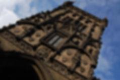 Free Tour Praga Torre de la Polvora - Unity Tours Praga. Estaba adosada a la muralla que rodeaba la ciudad para protegerla.  La construcción de la torre comenzó en 1475, casi un siglo después que su vecina la Torre de la Ciudad Vieja. Aunque para diferenciarla de esta última se la llamó Torre Nueva, en el siglo XVIII la torre empezó a utilizarse como depósito de pólvora. Tiene 65 metros de altura. Su arquitecto fue Mathias Rejsek, artífice también de la decoración con estatuas que presenta la torre. La torre quedó prácticamente destruida con el incendio de 1541, siendo reconstruida poco después. Con los ataques del ejército prusiano durante el siglo XVIII volvió a sufrir daños, pero en el siglo XIX fue definitivamente restaurada gracias al arquitecto Josef Mocker. Desde el siglo XIX la Torre de la Pólvora marcaba el inicio del Camino Real.