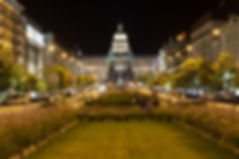 Free Tour Praga Plaza de Wenceslao- Unity Tours Praga. es el centro neurálgico de la Ciudad Nueva o Nove Mesto. de casi un kilómetro de extensión se localizan tiendas, restaurantes y hoteles, pues se trata de una de las zonas con más ambiente de Praga. El Museo Nacional de Praga, uno de los más importantes del país. Se encuentra en la parte más alta de la plaza y lo reconocerás fácilmente por su imponente edificio de corte neorrenacentista. El Palacio Lucerna, construido a comienzos del siglo XX, que hoy alberga un centro comercial con unos cines de estilo art-nouveau realmente bonitos (donde, por cierto, se proyectó la primera película con sonido). El Grand Hotel Evropa, también de estilo art-nouveau, pues data de comienzos del siglo XX. Su fachada color mostaza se conserva en perfecto estado y gracias a ella podemos imaginar cómo eran los hoteles por aquel entonces, con su trasiego de viajeros descargando grandes maletas a las puertas de este elegante edificio