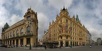 Free Tour Praga Plaza Republica - Unity Tours Praga. La plaza está en el lugar del foso de las fortificaciones entre la Ciudad Vieja y la Nueva. El gran espacio cerca del núcleo medieval de la ciudad instigó a la construcción de muchos edificios importantes a caballo de los siglos XIX y XX, como la Casa Municipal junto a la Puerta de la Pólvora, Dům U Hybernů o los cuarteles de Jiří de Poděbrady. Una gran parte de la plaza es hoy una zona peatonal que une cómodamente los centros comerciales de Palladium y Kotva. La Casa Municipal es un edificio de principios del siglo 20 considerado una joya de la arquitectura modernista checa. En su interior se encuentra la sala Smetana. La Torre de la Pólvora de finales del siglo XV, la torre era antiguamente la entrada a la ciudad y el lugar de inicio del camino real. El Teatro Hybernia donde en el siglo XVII el emperador Fernando II entregó el terreno a franciscanos irlandeses. A los monjes los llamaban hibernes