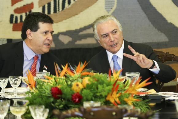 Os presidentes do Paraguai Horacio Cartes e do Brasil Michel Temer, em almoço oferecido durante a 51ª Cúpula (Foto: Marcelo Camargo/Agência Brasil)