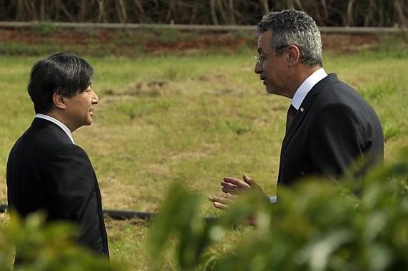 Príncipe Naruhito e o presidente da Embrapa Maurício Lopes (Foto: Marcello Casal Jr / Agência Brasil)