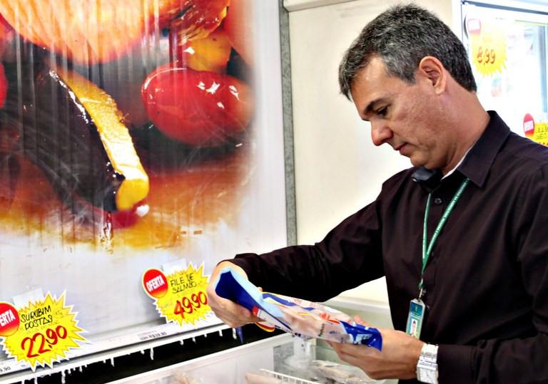 Checagem em embalagem de Pescado (Foto: Antônio Araújo MAPA)
