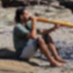 Bernard Bosa jouant didgeridoo/ Bernard Bosa playing didgeridoo.
