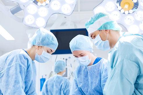 médicos-realizando-cirurgia.jpg