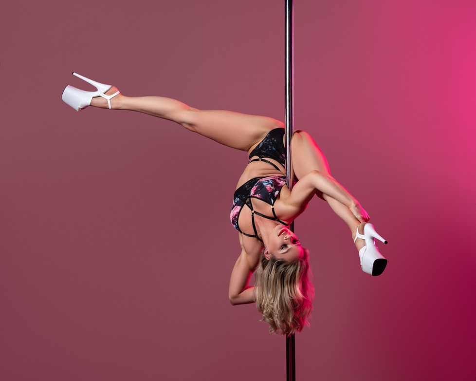 Pole_Dance_Straddle Hip Hold.jpg
