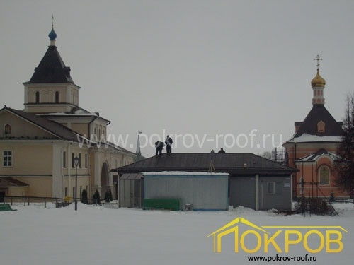 Калужская область, город Козельск. Оптина Пустынь, лавка. Кровля из оцинкованной стали