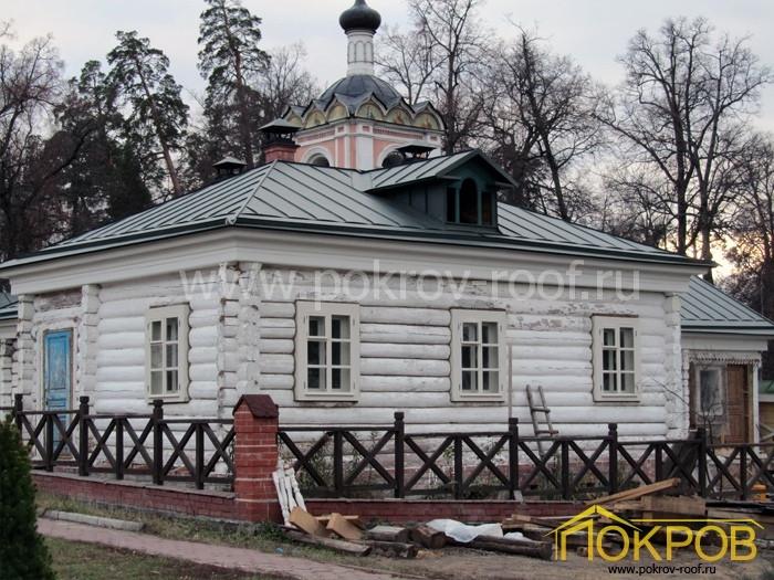 Калужская область, город Козельск. Оптина Пустынь, дом старца Макария. Кровля из оцинкованной стали