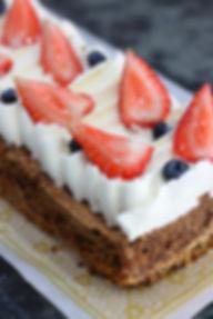 Mostachón: panqué de nueces y especias cubierto con crema batida y fruta