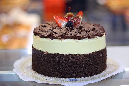 Hojas de Chocolate: pastel de vainilla relleno de trufa con almendra