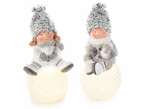 Bambino in ceramica su palla di neve con luce led e cappello
