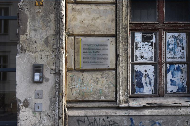 מימין לשער תלוי שלט.
