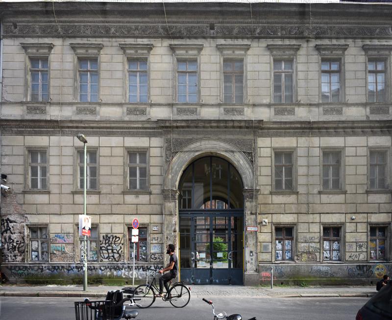 """אוֹגוּסטשטראסֶה, ברלין. חזית בניין """"מוסד אהבה""""."""