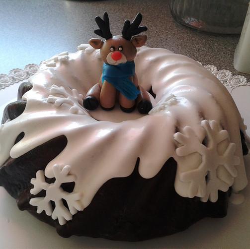 Weihnachtlicher Marmorgugelhupf mit Schnee und Rudolf Cake Topper