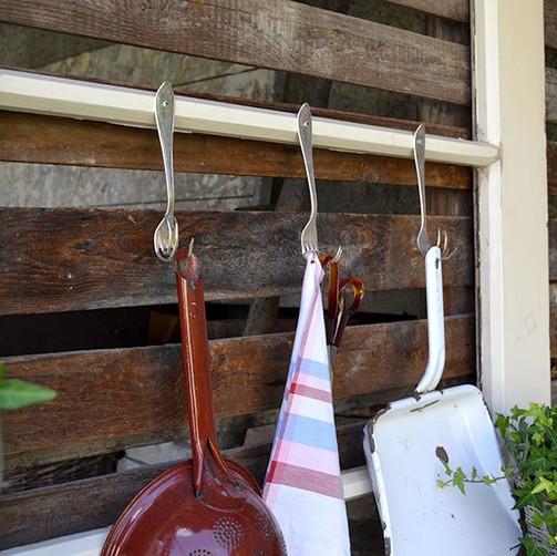 So wird euer altes Besteck zur neuen Deko. DIY Gabelhaken als Teil meiner Vintage Gartenecke.