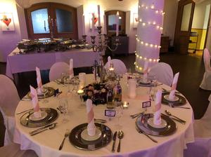Tischdekoration bei der Hochzeitsfeier