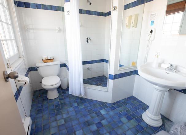 Lakeside King Inn Room Bathroom