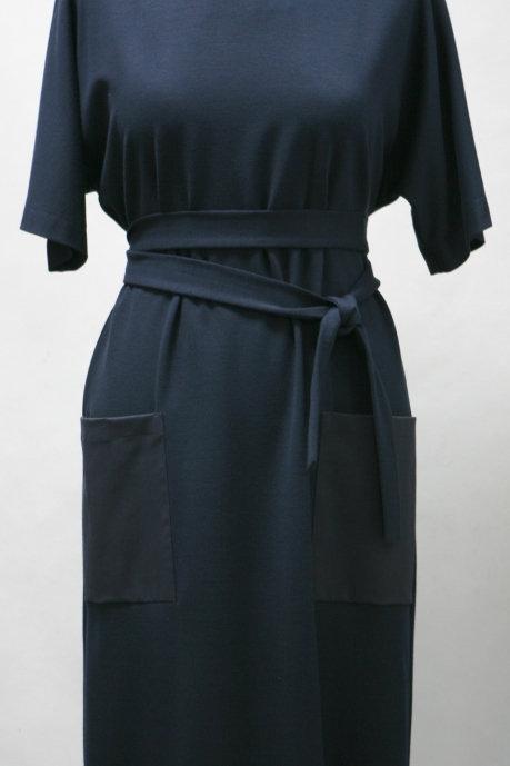 Платье с цельновыкроеным рукавом