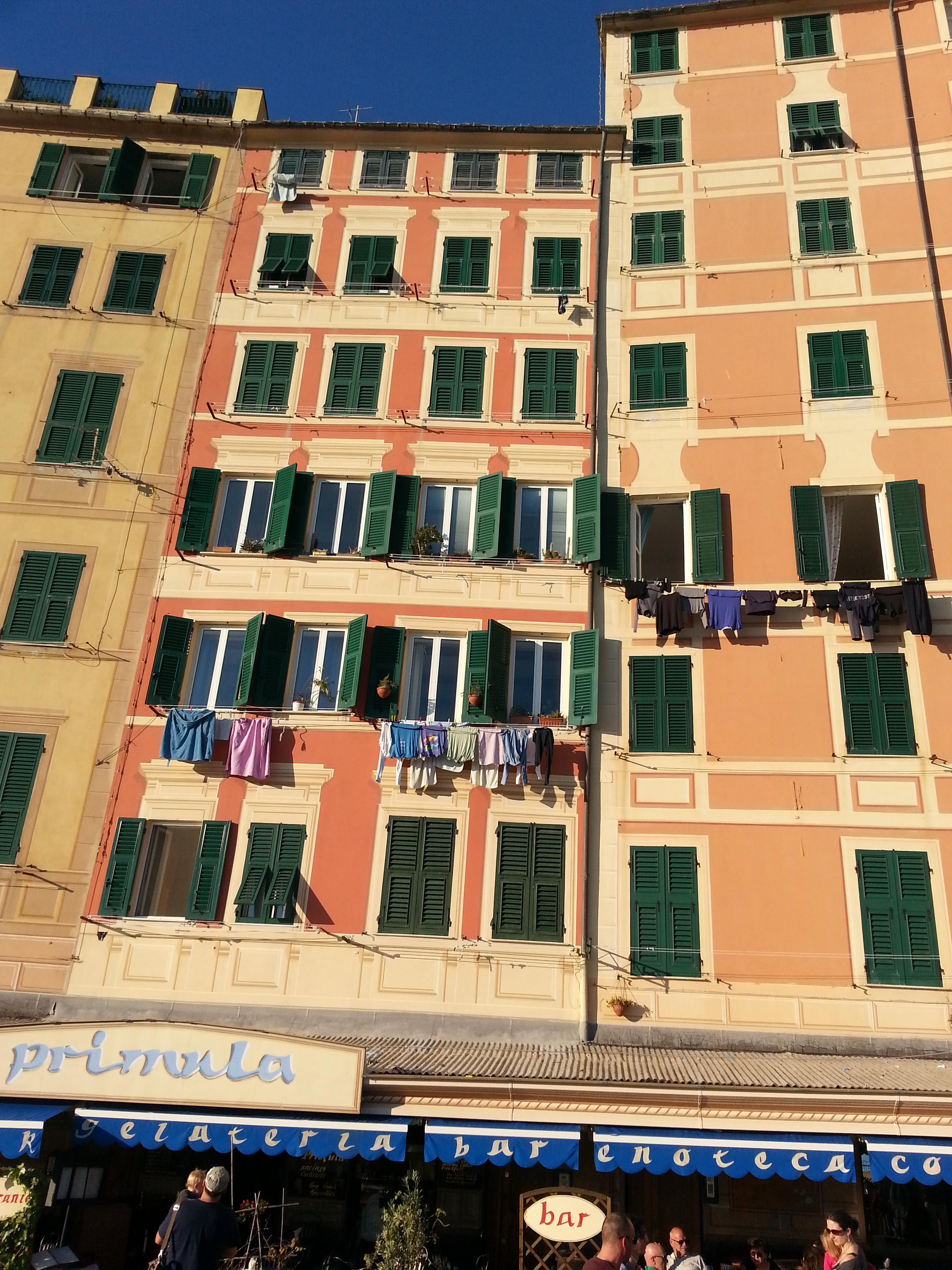 Многоэтажные фасады домов .
