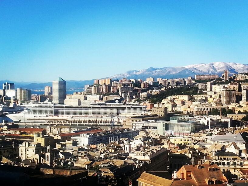 Панорамный вид на порт .