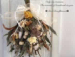._秋のスワッグ_._ふんわりとお花いっぱい束ねて…_グレビレアが美しく映えるド