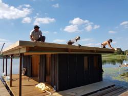 sur le toit du lodge sur l'eau