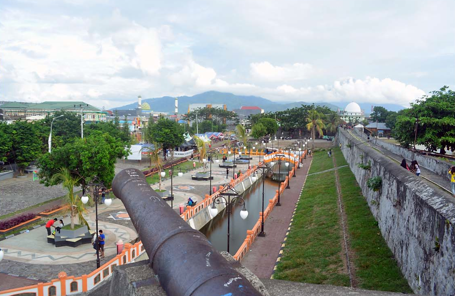 Moat and wall of Fort Oranje.png