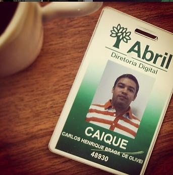 Caique_cracha_abril.png