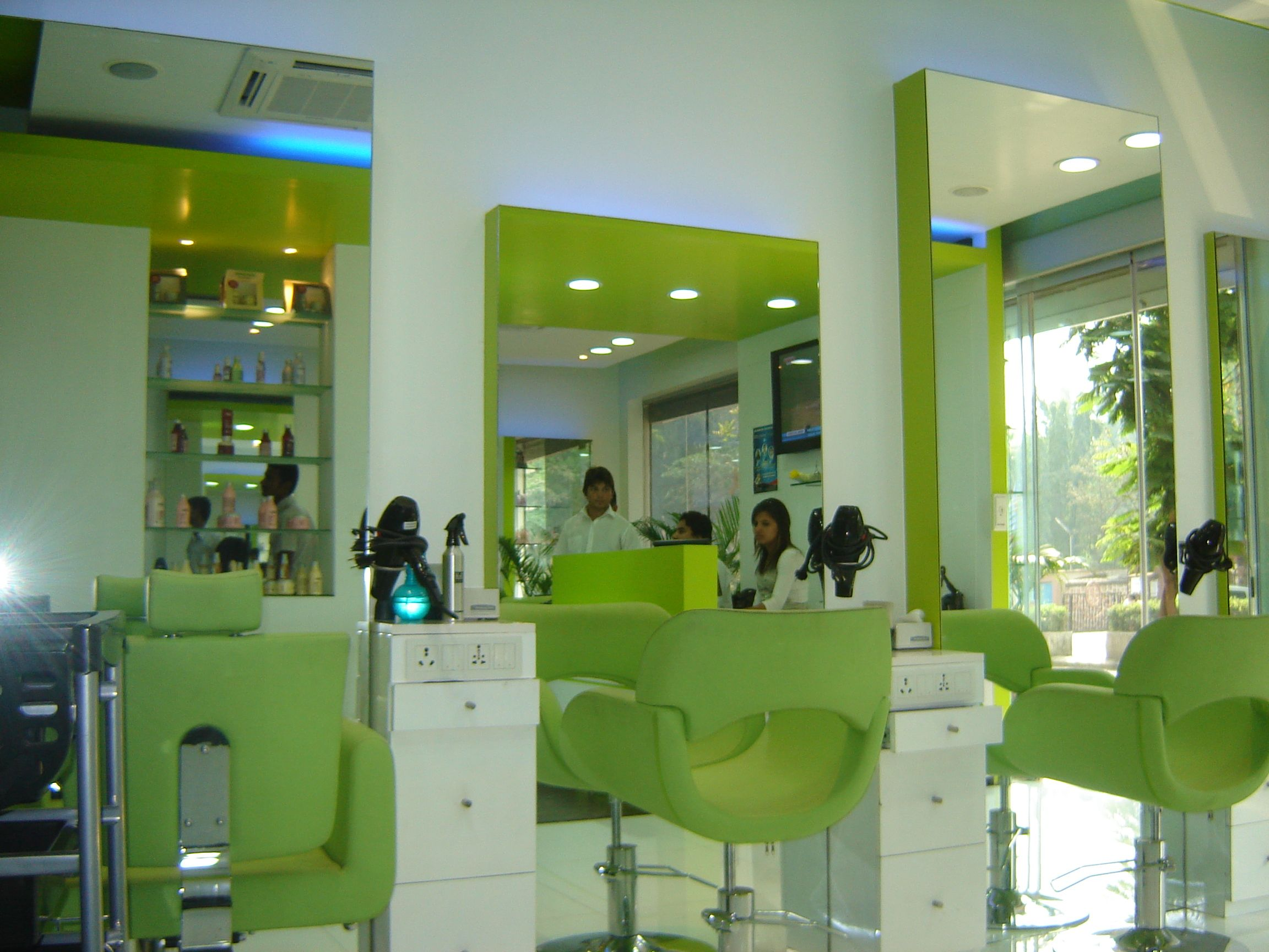 Unisex Saloon