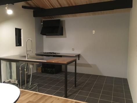 キッチンも当店にてオーダー製作。 我が家は二型で水と火を別々に配置しました。 もちろんアイランドなど1列に製作も可能です。 シンク形状やステンの仕上げまでお選び頂けます。 画像は施工時の最もシンプルなスケルトンの状態。 これに壁や棚など必要な物をプラスしていきます。 使えない収納は意味がありません。 キッチンに立つ人が使い易いと思うカタチにあることが大事だと思います。 タイルの床は濡れても汚しても気になりません。 そして床暖房を入れてあります。 レンジフードはあえてアナログ感のあるデザインで。