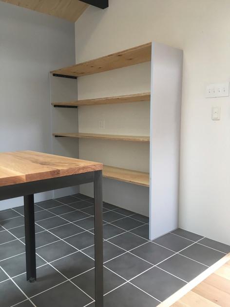パントリー的な収納棚。 こういった収納は質よりも効率。 コストをかけずに使い易さを重視した作りをオススメします。