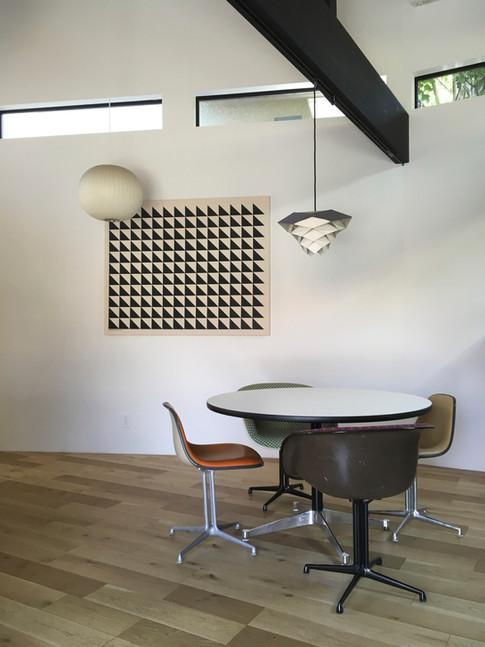 広い壁面を作る事で、様々な表現ができます。あえて窓ではなく壁という選択もあるのです。