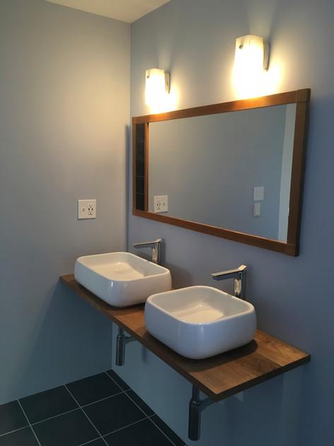 洗面スペースも水道工事以外は当店の仕事。 シンクと水栓を選び、シンク台を製作。 壁面のミラーとブラケットランプはヴィンテージでコーディネートしました。