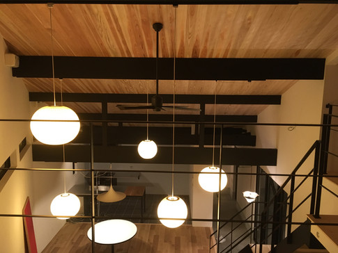 ジョージ・ネルソンのバブルランプを吊る為にこの屋根があると言っても良いくらいハマりました。 そして、ランプを見下ろせる構造がよりバブルランプの良さを引き出しています。