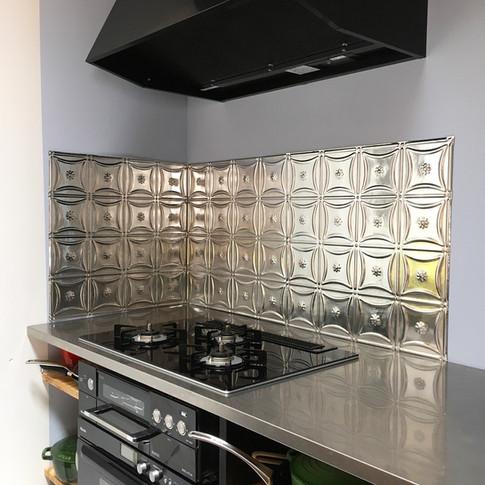 キッチンにTin ceiling panelをあてがいました。 不燃材料として活躍してくれます。 ただのステンレスではなく、こんなところでも遊べるアイテムがあるのです。 パターンも豊富に選べます。