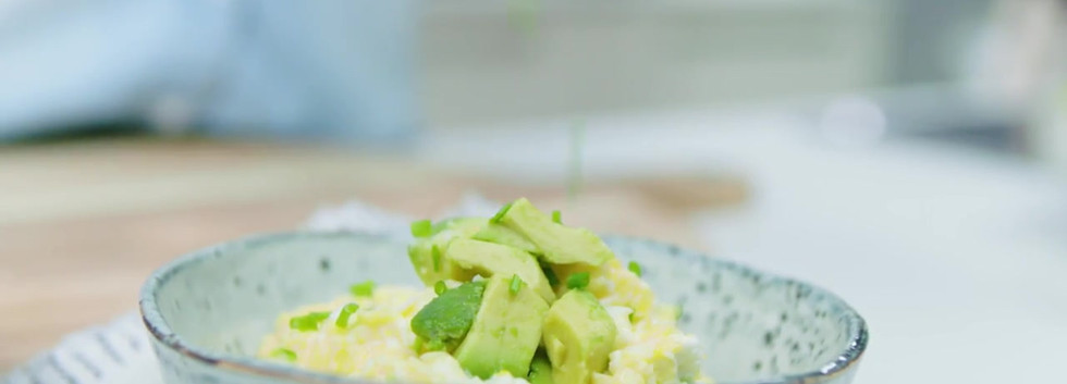 Roerei met avocado en geitenkaas van Den